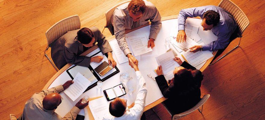Darbo stalas – ar įmanoma išlikti sveikiems dirbant sėdimą darbą