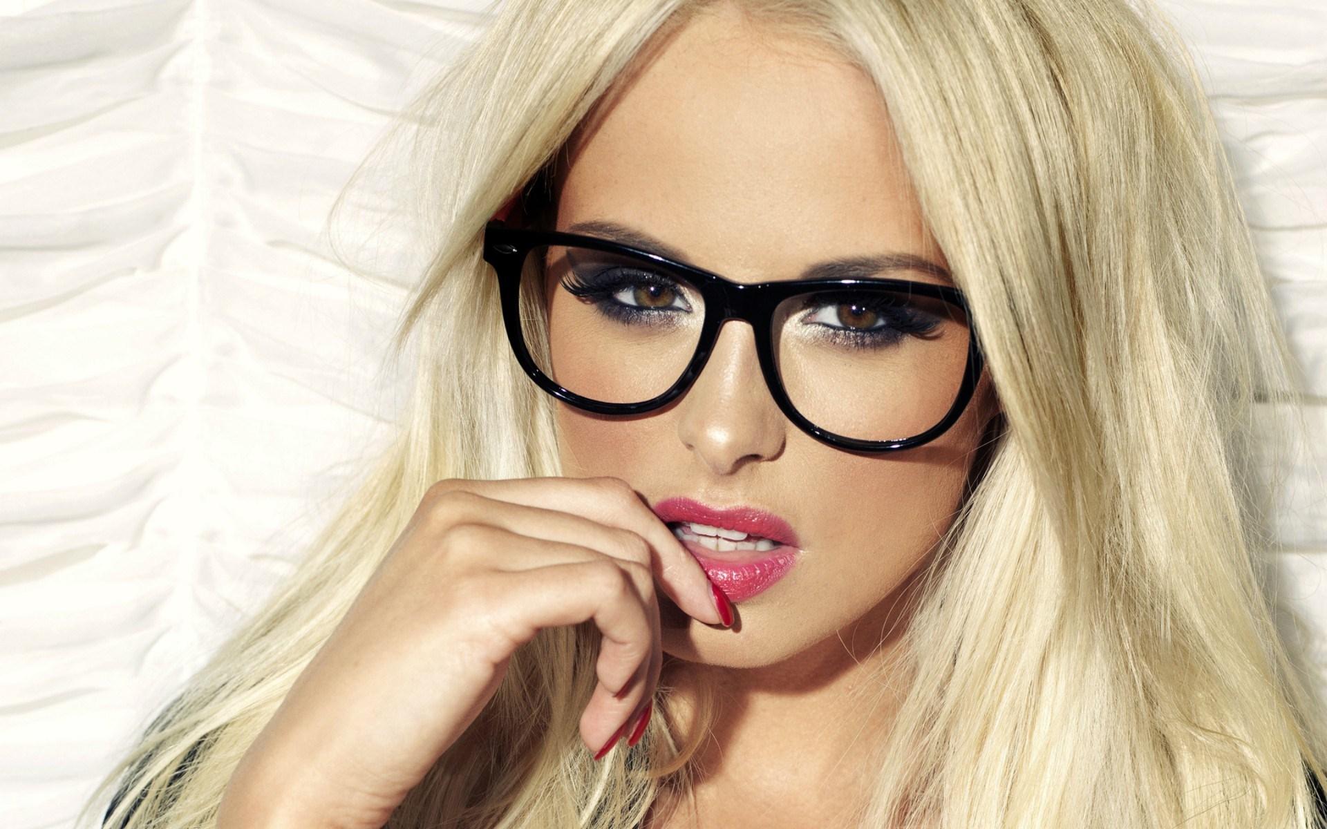 Vis dar madingi akiniai kviečia užsukti į optiką