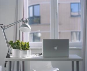 Tinkamo darbo vietos apšvietimo svarba sveikoms akims ir geram regėjimui